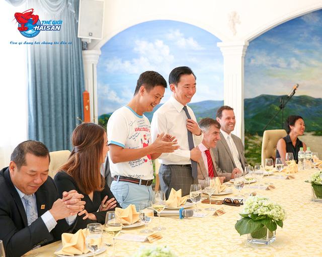 Ông Phạm Sanh Châu - Vụ trưởng vụ Đối ngoại và Unesco cùng doanh nhân Đinh Minh có vài lời phát biểu để khai tiệc.