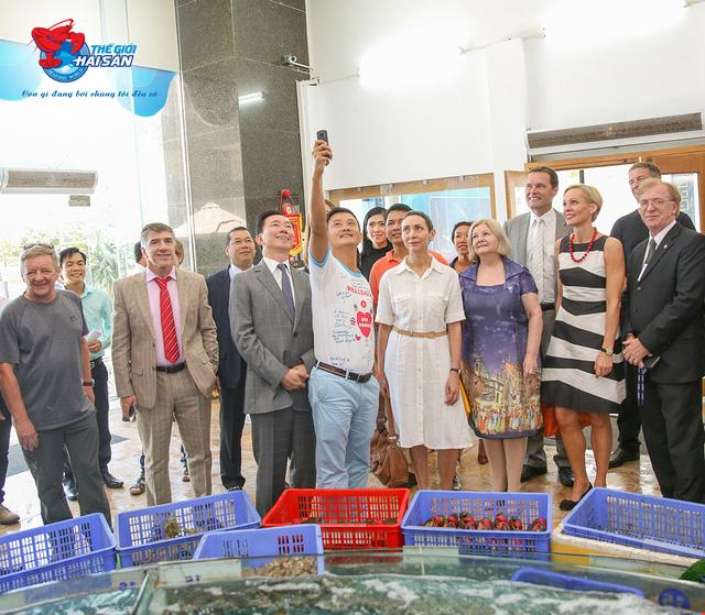 Các đại sứ vui vẻ cùng ghi lại hình ảnh kỉ niệm sản tại Siêu thị Thế Giới Hải Sản