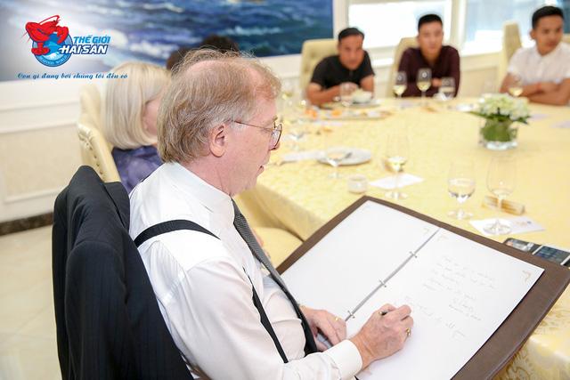 Đại sứ Canada, ông David Joseph Davine đang lưu lại cảm nhận về bữa tiệc hải sản tại nhà hàng Thế Giới Hải Sản
